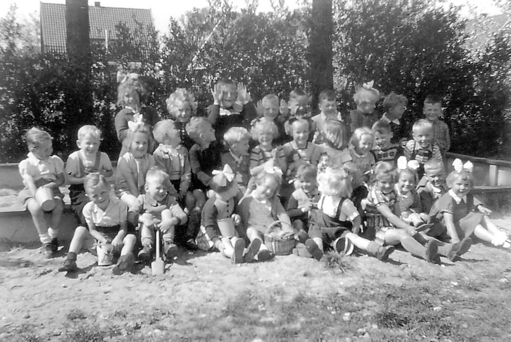 Openbare School 02 1951 bij de Zandbak 01