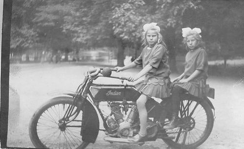 Oskam Johanna C 1916 met zus Dien op Indian Motorfiets
