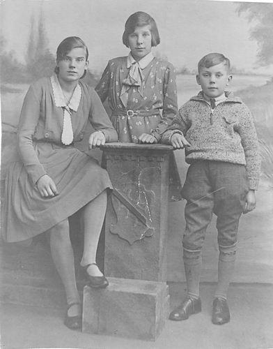 Oskam Pieter G 1886 19__ de Kinderen bij Fotograaf