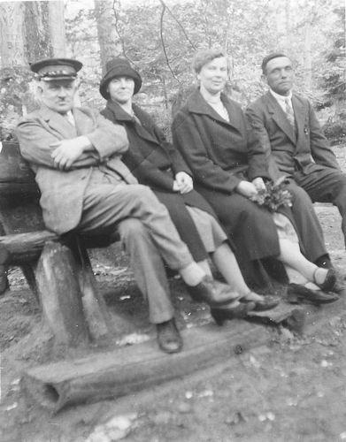Oskam Pieter G 1886 19__ in Park met Jan v Andel en Vrouwen