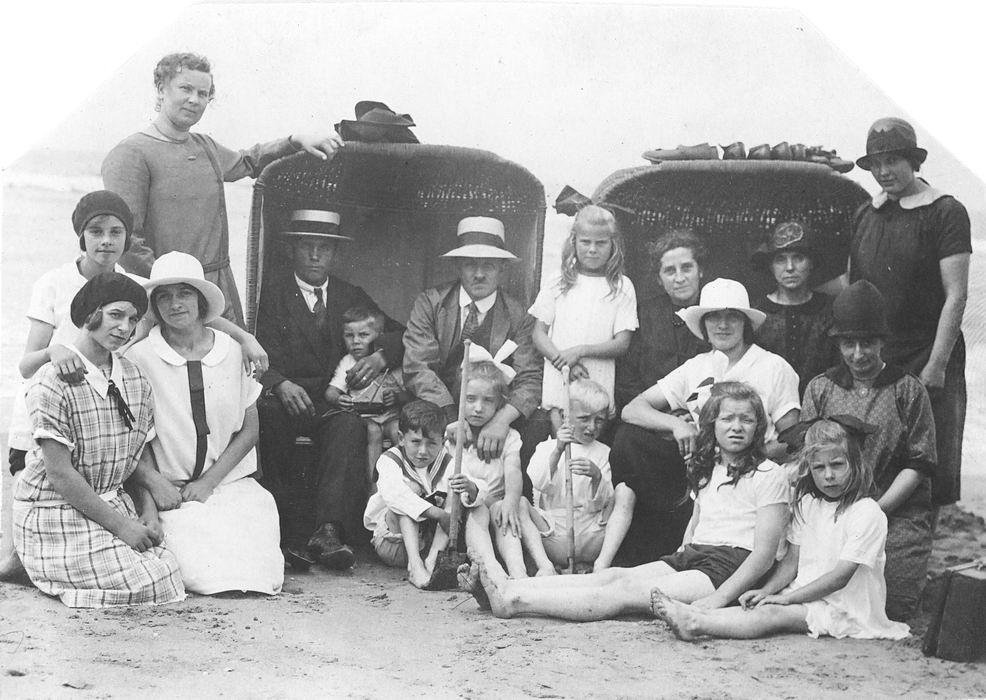 Oskam Pieter G 1886 19__ op Strand met gezin v Andel