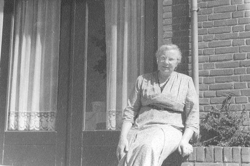 Oskam-Stout Geertruida H 1889 19__ Zit op Muurtje