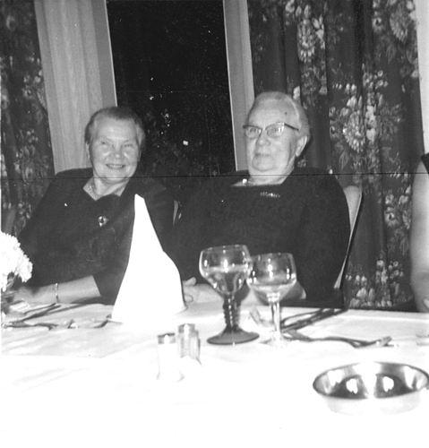 Oskam-Stout Geertruida H 1889 19__ met Zus Annie