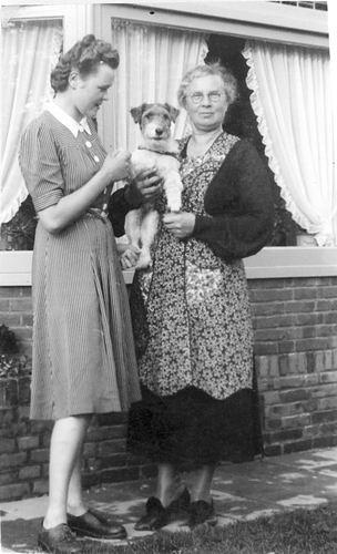 Oskam-Stout Geertruida H 1889 19__ met dochter Dien