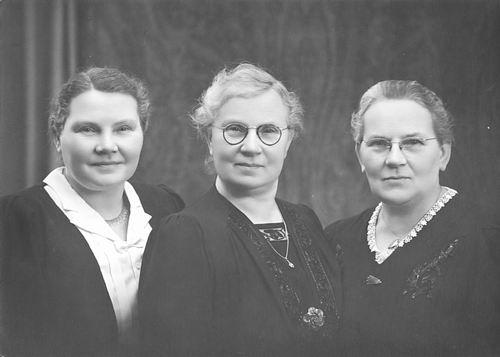 Oskam-Stout Geertruida H 1889 19__ met zusters Annie en Marijtje bij Fotograaf 01