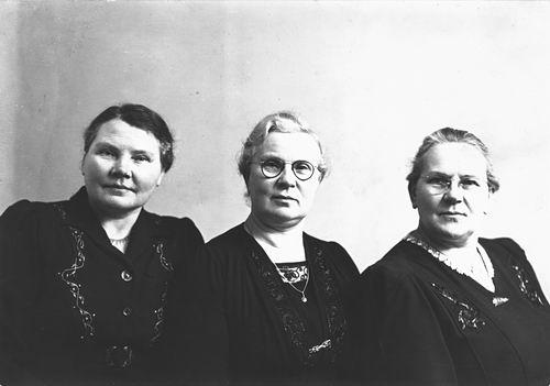 Oskam-Stout Geertruida H 1889 19__ met zusters Annie en Marijtje bij Fotograaf 02