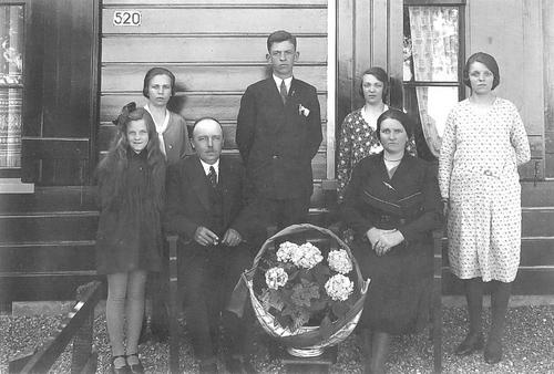 <b>ZOEKPLAATJE:</b>Pannekoek Jacob 1881 19__ Gezinsfoto voor Aalsmeerderdijk 520