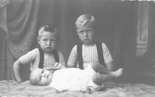 Emens Evert 194_ met broertjes Dirk en Gijs