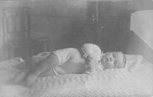 <b>ZOEKPLAATJE:</b>Pelt Fam v 19__ Onbekend Baby op Bed 067