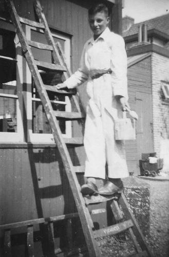 Philippo Ben 19__ Schilder op Ladder