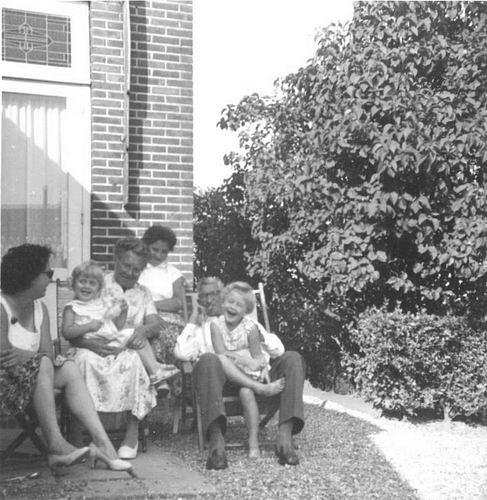 Philippo Johannes 19__ met familie bij Huis Vijfhuizerweg