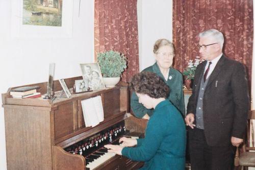 Philippo Johannes 19__ met dochter Nannie achter Orgel