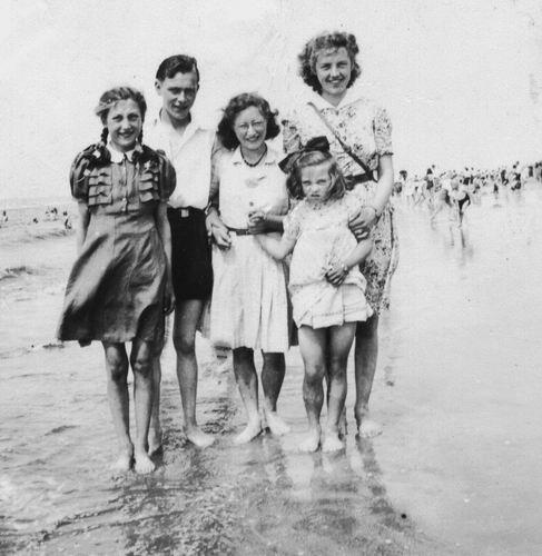 <b>ZOEKPLAATJE:</b>Philippo Wilhelmina J 1929 19__ met Nan en Onbekenden op het Strand 01