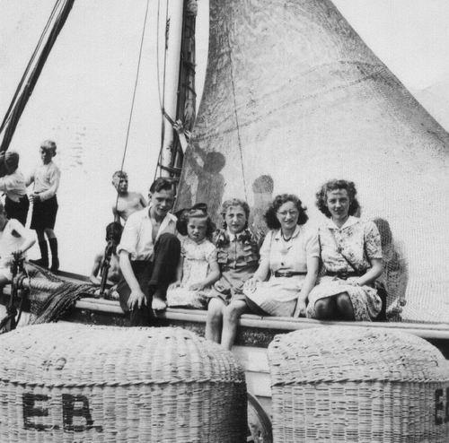 <b>ZOEKPLAATJE:</b>Philippo Wilhelmina J 1929 19__ met Nan en Onbekenden op het Strand 02