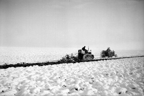 Ploegen_19___Ploegen_in_de_Sneeuw_met_Rupstractor_en_gewone_Tractor