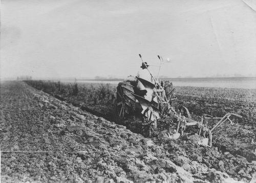 Ploegen 19__ met Traktor en onbekende Dunweg 02