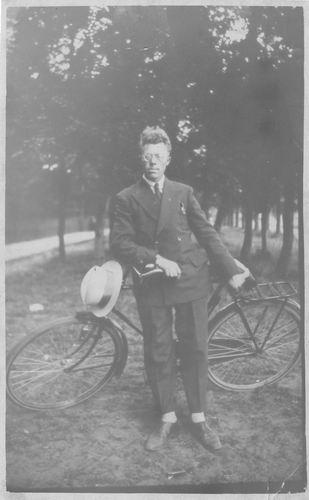Pol Jan vd 1905 19__ met Fiets op stap
