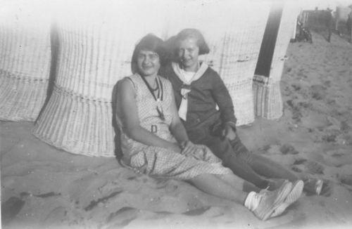 <b>ZOEKPLAATJE:</b>&nbsp;Pol Jan vd 1905 19__ met Onbekende Familie op Strand 12