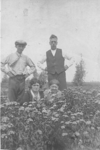 Pol - Slinger Lena vd 1914 19__ met Moeder en Onbekenden
