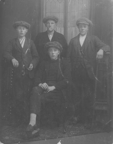 Pol Ambrosius Jan vd 1904 192_ met Onbekende Jongens bij Fotograaf