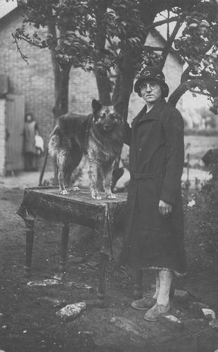 Pol - Kreeft Paulina C vd 1906 19__ met Hond op Tafel