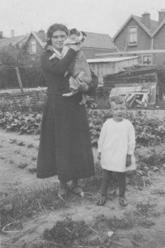 Pol - Slinger Lena vd 1914 19__ met Onbekend in Tuin Fortweg