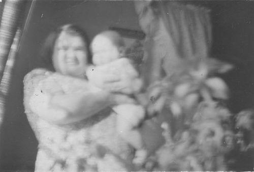Pol - Slinger Lena vd 1914 19__ met Onbekende Baby Onscherp