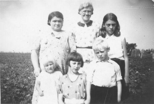 Pol - Slinger Lena vd 1914 19__ met Mien vd Pol en Onbekenden