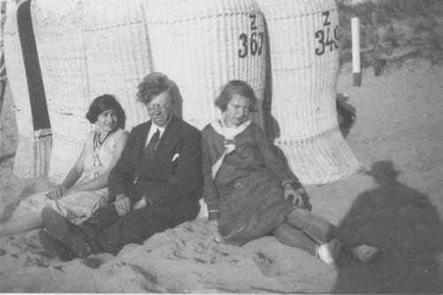 <b>ZOEKPLAATJE:</b>&nbsp;Pol Jan vd 1905 19__ met Onbekende Familie op Strand 11