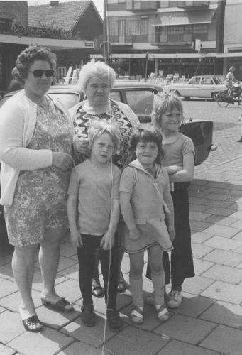 Pol Lenie vd 1940 19__ met haar Kinderen Zuidweg en Moeder