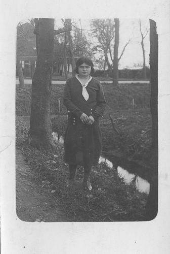 Pol - Slinger Lena vd 1914 19__ poseert op Erf Sloterweg