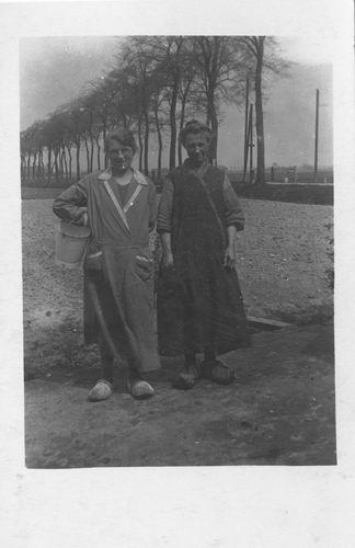 Pol - Kreeft Paulina C vd 1906 19__ met Buurvrouw Bisschop aan Sloterweg