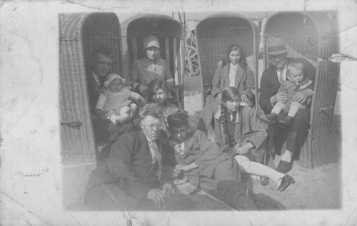 <b>ZOEKPLAATJE:</b>&nbsp;Pol Jan vd 1905 19__ met Onbekende Familie op Strand 02