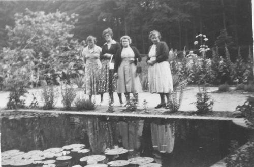 Pol - Slinger Lena vd 1914 1956 Uitje met mw Ritmeester ea 02