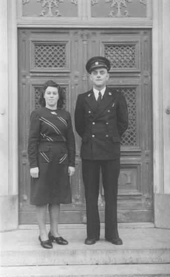 Pen Herman met Marie Saarloos voor deur Oude Raadhuis