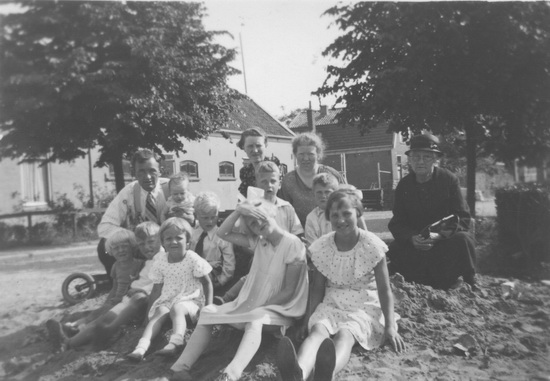 Raadhuislaan 0012 Helm 1937 familie en buren