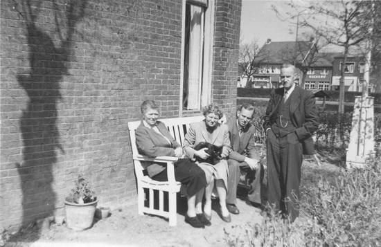 Raadhuislaan 0012 Helm Cornelis van der 1957 Gezin naast Huis