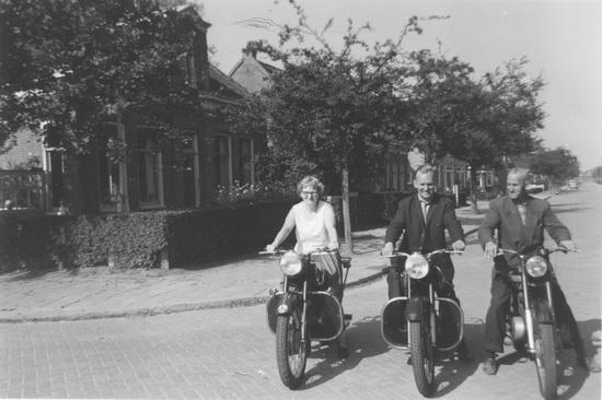 Raadhuislaan 0012 Helm Femmie 1964 met Hans en Vaders op Motor
