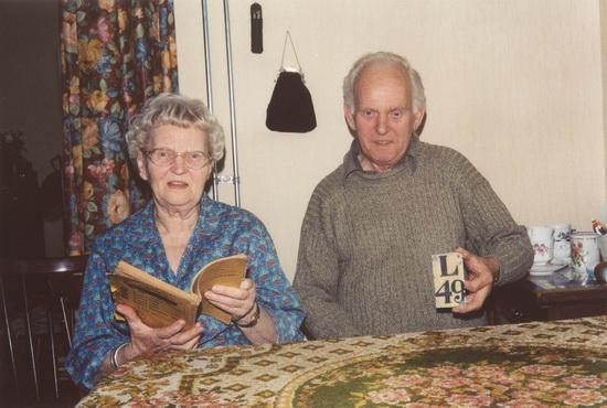 Raadhuislaan 0012 Helm Femmie en Hans 2001 thuis aan Nieuweweg