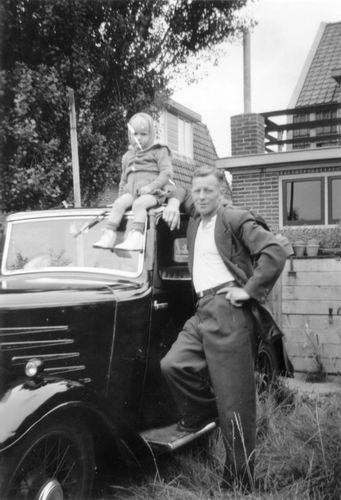 Raadhuislaan 0022 1949 met Jan Uithol Sr en Jr bij auto Singer
