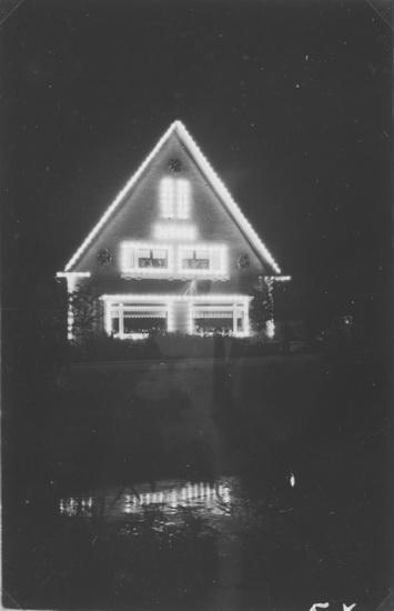 Raadhuislaan 0025-26 1945 Verlicht met Bevrijdingsfeest