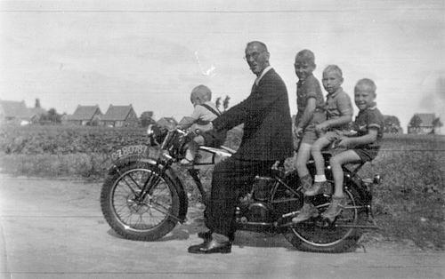 Raaphorst Ton 19__ met Opa en Broers op Motor