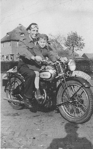 Raaphorst Ton 19__ met vader op Motor