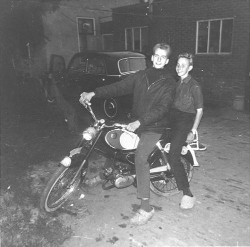 Rip Jan A 1965 op Sparta Brommer met Femme de Boer
