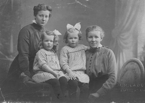 Schagen - Koel Christina M 19__ met dochters Iet en Jannie