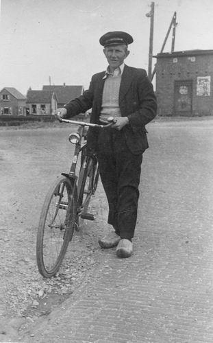Schijff Jan Hendrik 1916 19__ met Fiets bij Ruigehoek