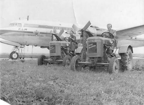 Schiphol 195_ Vliegtuig Koningin Juliana met Fendt Tractoren 02