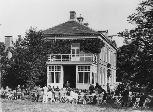 Schipholdijk 0105 Hoeve Kraaijveld 1933 Plesman houdt toespraak