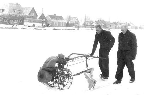 Schipholdijk 026_ 1963 Dhr Pruis maakt IJsbaan