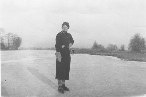 Schipholdijk 027_ Overzijde 1929 met Coba Resoort op de Schaatsen